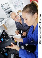 midsection, van, jonge, zakenman, repareren, patroon, in, printer, machine