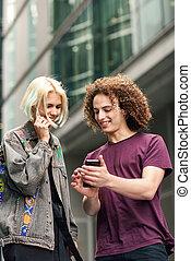 miejski, smartphone, para, tło., używając, szczęśliwy