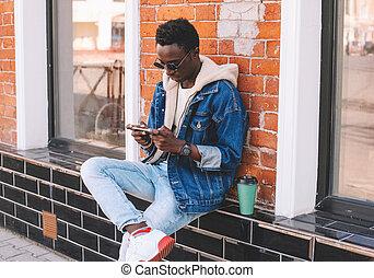 miejski, smartphone, posiedzenie, ściana, fason, ulica, tło, afrykanin, ceglany człowiek, miasto, chłodny