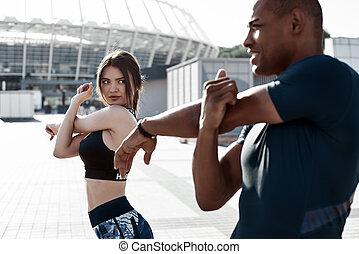 miejski, trening, miasto, zdrowy, rozciąganie, park, do góry, rano, sports., ocieplać, drużyna, biegacze, przed