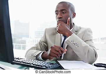 mientras, empresario, trabajando, serio, computadora