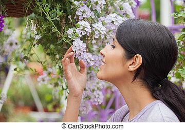 mientras, mujer, flor, tenencia, oler