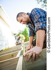 mierniczy, pomagając, coworker, stolarz, znowu, drewno, ...