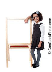mignon, école, whiteboard, main, poser, gosse