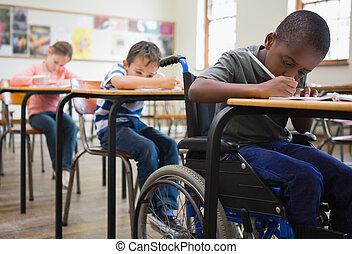 mignon, élèves, écriture, à, bureaux, dans, classe