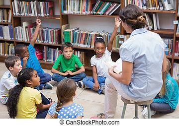 mignon, élèves, avoir, bibliothèque, professeur classe