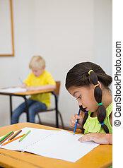 mignon, élèves, coloration, à, bureaux, dans, classe