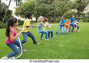 mignon, élèves, jouer hors, herbe, guerre, remorqueur