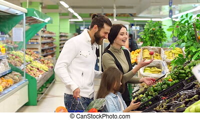 mignon, achat, fille, famille, légumes, jeune, supermarket.