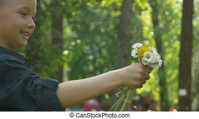 mignon, amour, elle, offrande, garçon, donner, maman, baiser, fleurs