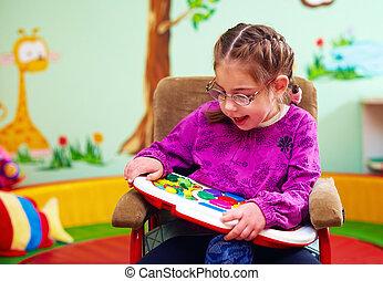 mignon, besoins, jouet, développer, fauteuil roulant, jouer, jardin enfants, girl, enfants, spécial