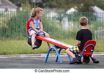 mignon, brouillé, clair, blonds, preschooler, girl, scie, enfants, joies, concept., jeune, long, arrière-plan., jeux, queue cheval, activités, balançoire, deux, see-, garçon, école, vert, dehors, enfance