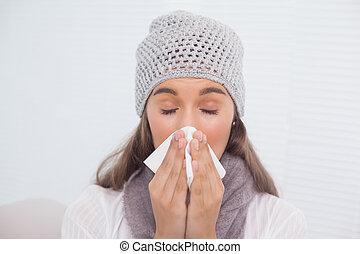 mignon, brunette, hiver, elle, soufflant nez, chapeau