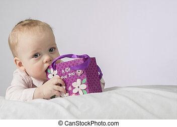 mignon, cadeau, garçon, poche, couverture, mères, mois, regarder, carte postale, appareil-photo., 8, blanc, day., mensonge