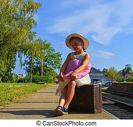 mignon, concept, famille, été, girl, assurance, jouet, vendange, concept., voyage vacances, attente, tenue, station, vacances, chilhood, peluche, suitcase., train, voyager, tourisme, ferroviaire, voyage