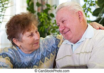 mignon, couple étreindre, autre, chaque, personne agee