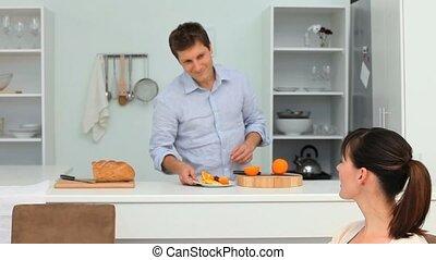 mignon, couple, avoir, petit déjeuner