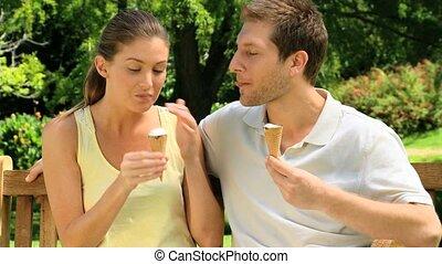 mignon, couple, crèmes, manger, glace