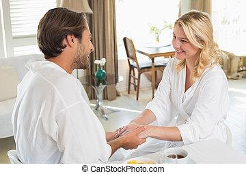 mignon, couple, ensemble, peignoirs, tenant mains, petit déjeuner, avoir
