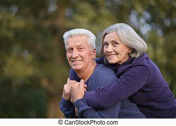 mignon, couple, parc, automne, portrait, personne agee