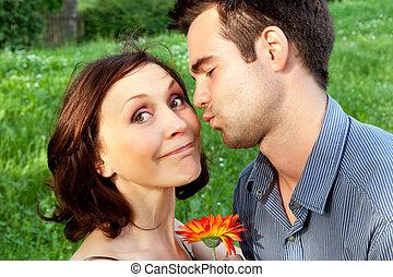mignon, couple, parc, baisers