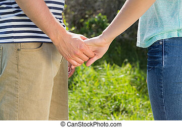 mignon, couple, parc tenant mains
