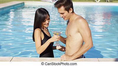 mignon, couple, tenue, mélangé, martini, piscine, lunettes