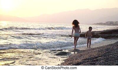 mignon, courses, rigolote, danse, garçon, nature, saut, eau, ils, vagues, waves., vent, girl, fort, enfants, mer