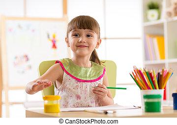mignon, crayons, crèche, enfant, preschooler, girl, dessin