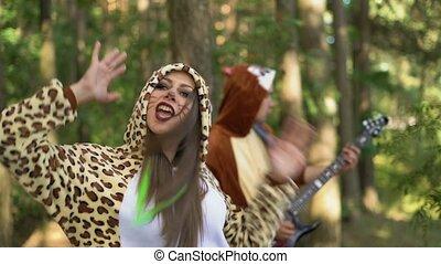 mignon, danse, exécuter, sourires, forêt, arbres, guitariste...