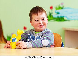 mignon, down's, syndrome, jardin enfants, jouer, gosse