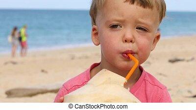 mignon, eau noix coco, enfant, boire, plage
