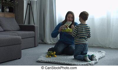 mignon, elle, cadeau, liitle, donner, fils, mère, heureux