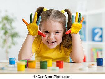 mignon, elle, mains, avoir, enfant, amusement, girl, peinture