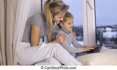 mignon, elle, ordinateur portatif, mère, utilisation, girl