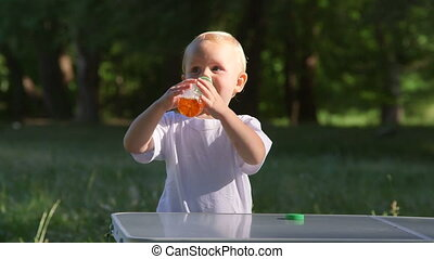 mignon, extérieur, jus pomme, bouteille, petit, boire, gosse