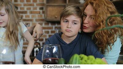 mignon, famille, communiquer, nourriture, cuisine, cuisine, ensemble, fils, quoique, préparer, mère, heureux, embrasser