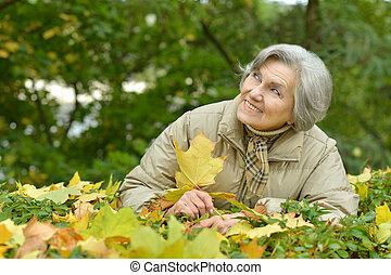 mignon, femme âgée, marche parc