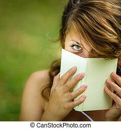 mignon, femme, elle, couverture, jeune, figure, livre, elle, lecture