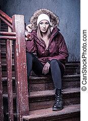 mignon, femme, hiver, escalier, manteau