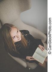 mignon, femme, jeune, concepteur, livre, chaise, lecture