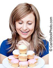 mignon, femme mange, gâteau