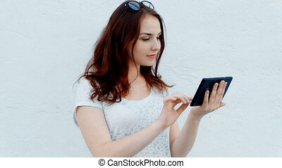 mignon, femme relâche, elle, tablette, parc, quoique, informatique, dehors, utilisation