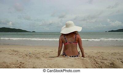 mignon, femme, reposer, ensoleillé, broad-brim, plage blanche, sablonneux