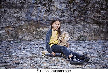 mignon, femme, séance, toy., skateboard, adolescent, tenue, embraser