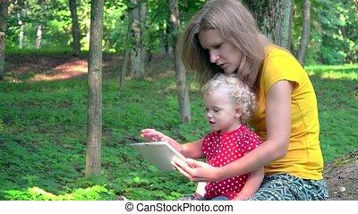 mignon, femme, tablette, informatique, nounou, bébé, utilisation, girl, park.