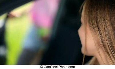 mignon, femme, voiture, haut, attente, fin, vue