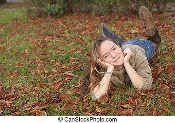 mignon, feuilles, jeune, forest., automne, girl, baissé, mensonge