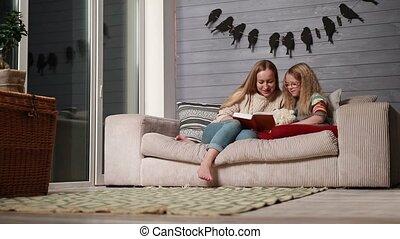 mignon, fille, elle, jeune, livre, mère, lecture