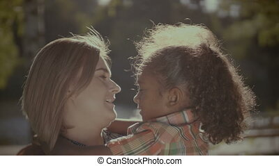 mignon, fille, embrasser, mère, portrait, aimer